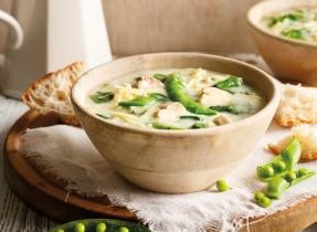Soupe printanière au poulet, aux épinards et aux pois sugar-snap