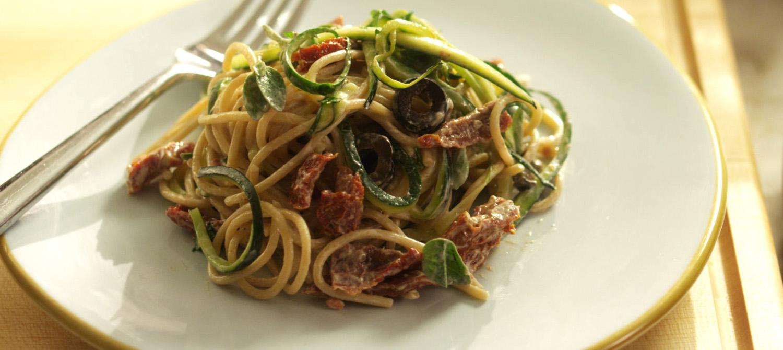 Spaghetti aux courgettes aux tomates s ch es et au yogourt recette plaisirs laitiers - Cuisiner courgette spaghetti ...