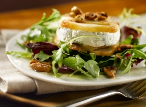 Terrine de poires rôties et de fromage canadien sur nid de salade