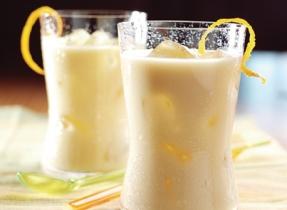 Thé vert latté glacé à l'orange